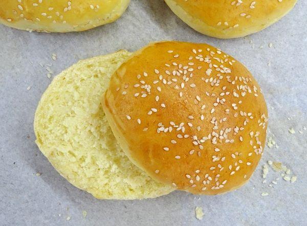 Domácí pečivo na hamburgery. Mírně nasládlé bulky, které rozkrojíme a podáváme je obložené burgry, sýrem, okurkou, salátem, rajčátkem ...