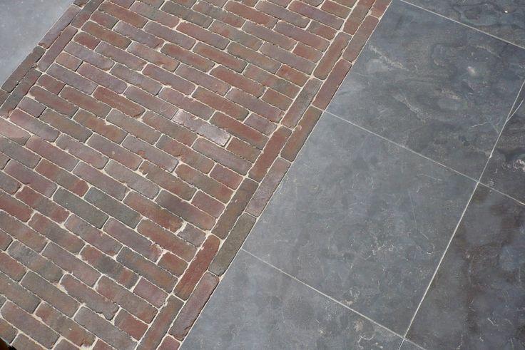 Jaren30woningen.nl | Mooie combi voor een tuin bij een jaren '30 woning: gebakken klinkers en natuursteen tegels