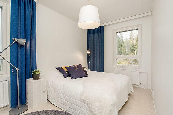 Raikas sinivalkoinen makuuhuone