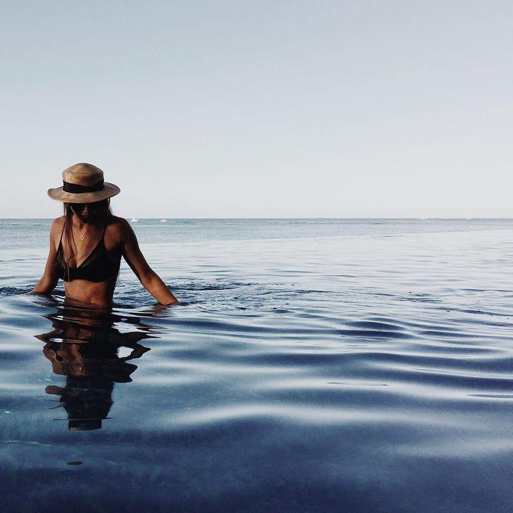 Búscame entre los peces, llena tu pecho,respira mi nombre. Yo, ahora, espumo las horas en una marea sin olas (B. Btt)