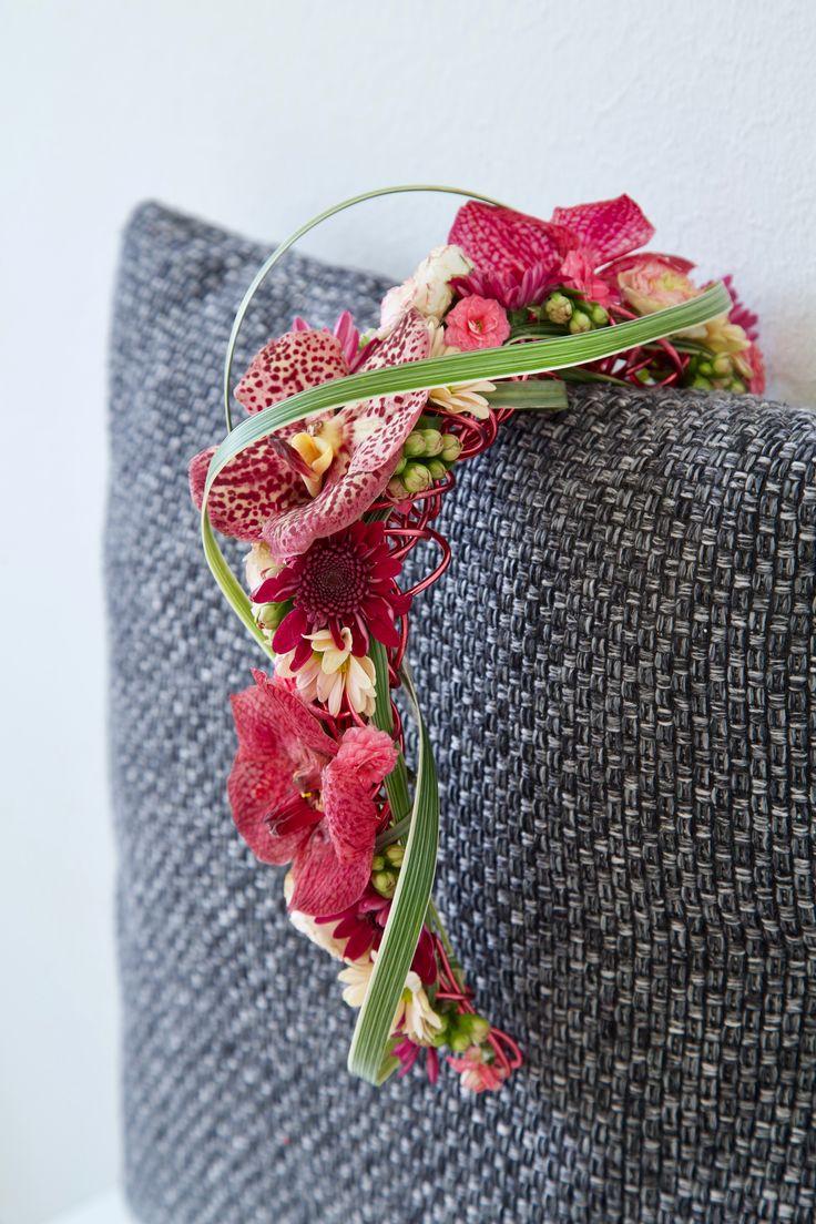 Schoudercorsage op frame van aluminium draad. #schoudercorsage #corsage #shouldercorsage #bruiloft #wedding #trouwen #orchidee #orchid #frame