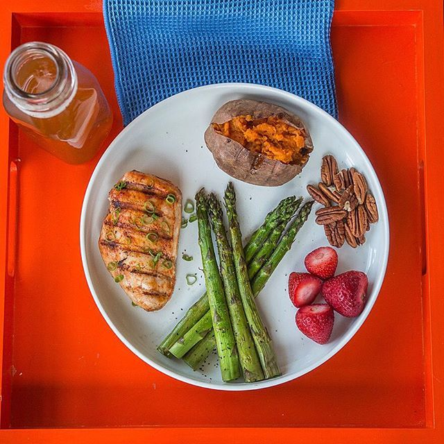 Are your meals #3colormeal compliant? Try to eat at least 3 colors at each meal from fruits, veggies, grains and legumes. Here's what I ate: grilled chicken (seasoned with smoked paprika, sea salt, cayenne & pepper) + grilled asparagus (with sea salt & pepper) + grilled sweet potato (inside mixed with cinnamon, turmeric, agave) + pecans + strawberries. Boom. (traducción abajo) Estás comiendo platos con 3 colores de frutas, verduras, grano y legumbres? Son compatibles con mi regla de…