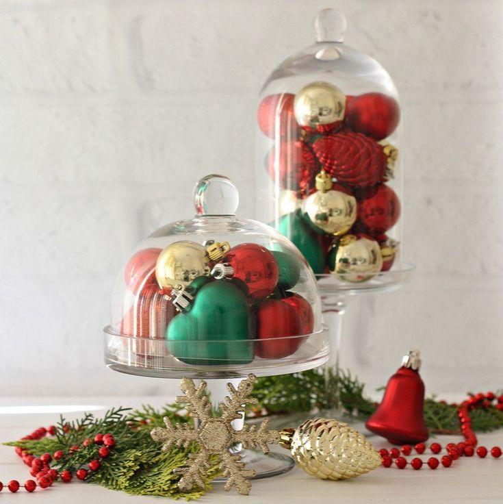 Weihnachtsbaumkugeln in gold, grün und rot unter Glas