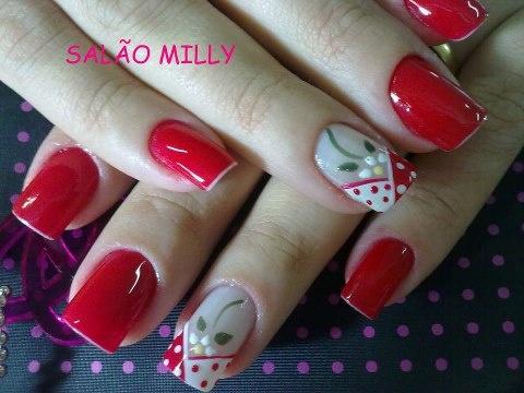 uñas rojas con flor y frances