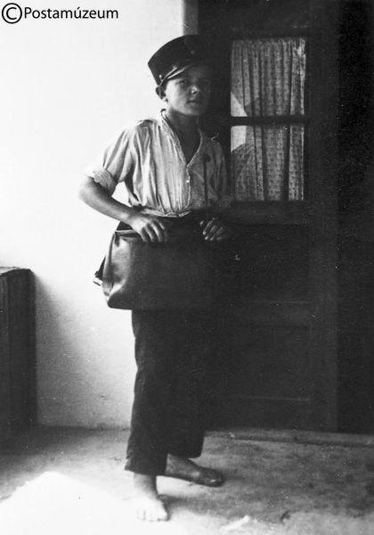 1930 körül. Mezítlábas postásfiú. Mintha csak az Indul a bakterház c. filmből lépett volna elő.