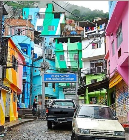 이것은 변화한 파벨라빈민가의 모습니다. 바벨라 빈민가는 2011년선전 홍콩비엔나레 프로그램의 일환으로 진행된 프로젝트이며 예로엔 쿨하스와 드레유한 이라는 네덜라드 아티스트의 주도하에 마을청년들과 함께 변화를 겪게 되었다. 처음 파벨라 시티의 변화 한 모습을 보고 깜짝 놀랐다. 특유의 아름 다움과 화려함이 강렬한 이미지로 다가온다