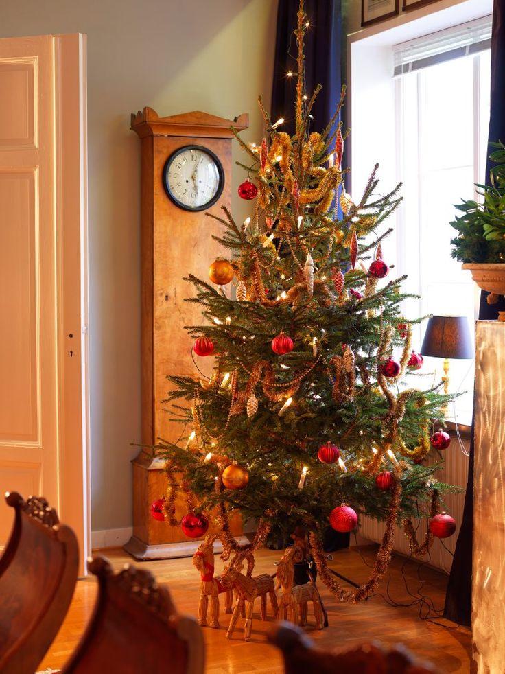 I ett gammalt skolhus på slätten finns en antikhandel men också ett hem, som varje jul glittrar av gammaldags traditioner. Torbjörn Bernhardsson och Fredrik Weiss har visserligen inga julklappar men annars fattas inget på julbordet. Och vad gör det sedan om vintern för det mesta är grön?