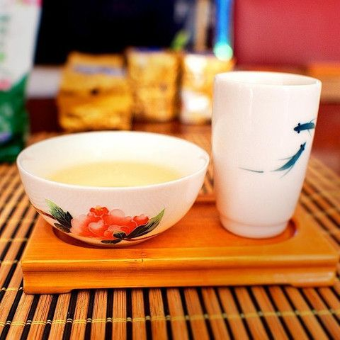 High Mountain Tea carries higher levels of L-theanine as it is grown and cultivated on the misty mountainside of Alishan (Ali Mountains in Taiwan). This amino acid encourages production of the calming alpha waves in our brain. Meditation practitioners will find this tea a great help in promoting clarity and tranquility of the mind.