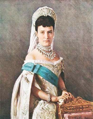 Мария Федоровна, 1848-1928г.  Девятая императрица, супруга императора Александра III, годы царствованания  1883-1894г. После смерти мужа в 1894г.--вдовствующая императрица. Дочь датского короля Христиана 9,была невестой  цесаревича Николая Александровича, после его смерти в 1865г. вышла замуж за  его брата-Александра, родила ему шестерых детей. Была приветлива и жизнерадостна, брак был удачный, в течение всей совместной жизни супруги сохранили искренние привязанности.