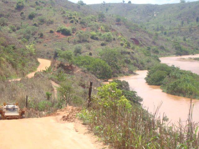 Caminho de terra em Mathias Lobato, estado de Minas Gerais, Brasil. Ao lado, as águas barrentas do Rio  Rio Suaçui.  Fotografia: contato@guiadefechados.com.br no Panoramio.