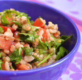 Insalata di cereali e lenticchie con rucola e pomodori