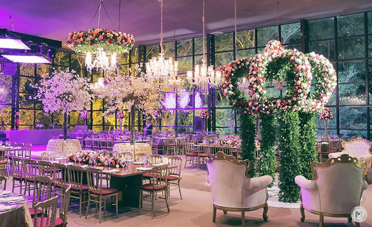 Uma festa de princesa da Larissa e do João com muitas flores e uma coroa incrível no salão da festa! Foto: MMarinho.