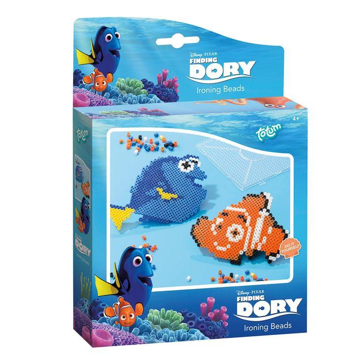 Met de Finding Dory Strijkkralen dromen kinderen weg in de onderwaterwereld van Nemo en Dory. De set bevat al het materiaal om de twee visjes te maken. Inhoud: diverse kleuren strijkkralen (zwart, wit, geel, 2 soorten blauw en 2 soorten oranje), 2 strijkkraal ontwerpen, 1 strijkkralen onderplaat, strijkpapier en een gebruiksaanwijzing. Afmeting verpakking: 24,5 x 17,5 x 3,5 cmLeeftijd: Vanaf 4 jaar - Finding Dory Strijkkralen