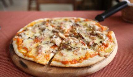 Pizza so šunkou a šampiňónmi
