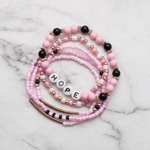 Snygga armband i rosa, svart, guld och vitt. 7:- i frakt tillkommer.