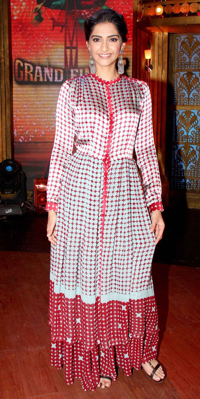 Sonam Kapoor on sets of 'Entertainment Ke Liye Kuch Bhi Karega'. #Style #Bollywood #Fashion #Beauty