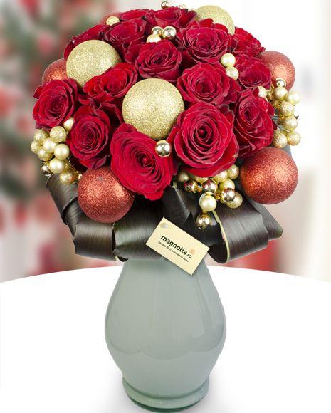 Buchet de Craciun din 17 trandafiri rosii si globuri. Atmosfera sarbatorilor se regaseste perfect intr-un asemenea buchet.