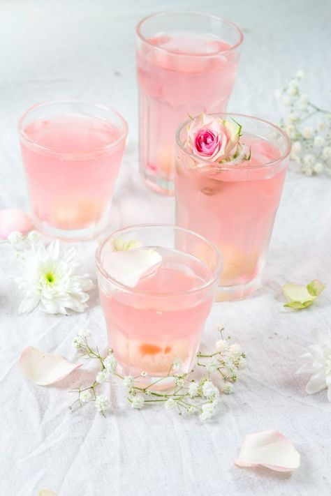 lychee cocktail, prosecco and rose water (in french)