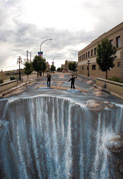 11. Эдгар Мюллер (и другие неизвестные художники). 3D рисунки на улице. В этом жанре искусства есть нечто особенное, захватывающее в том, что ты можешь наблюдать прелесть необычного произведения в привычной обстановке. При этом, ощущая недолговечность изображений, понимаешь их ещё большую ценность.