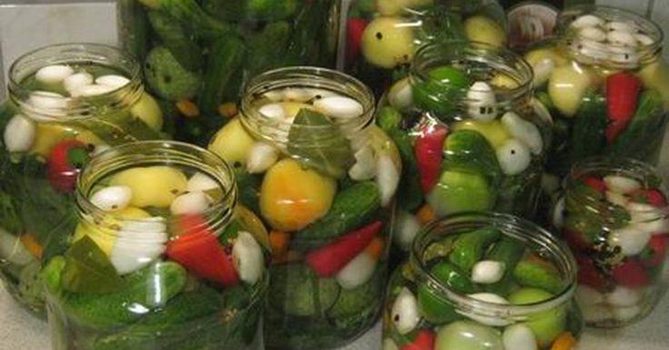 10 kg savanyúságnak való zöldség (apró uborka, kis dinnye, zöld paradicsom, gyöngyhagyma, almapaprika, cseresznyepaprika, chilipaprika, sárgarépa) - ízlés szerint2 csokor kapor10-12 db szőlőlevél (elhagyható)10-12 gerezd fokhagymaA léhez