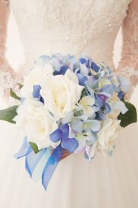 Mavi ortanca ve beyaz güllerden oluşan çok tatlı bir gelin çiçeği