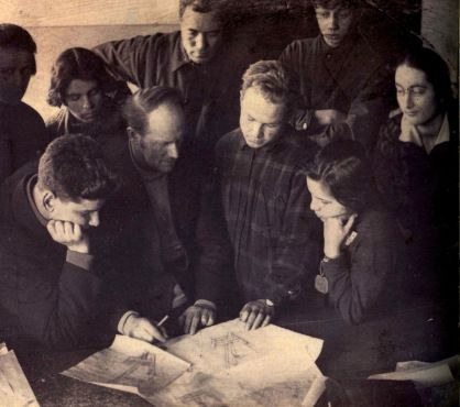 Nikolai Ladovskii with the students of his workshop at the VKhUTEIN architectural department, late 1920s