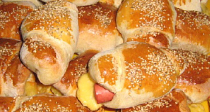 Przepis na hot-dogi z serem: To danie może się zdać ulubioną przekąską całej rodziny. Sycące i pożywne, nazajutrz w sam raz na drugie śniadanie do szkoły. Dopuszcza się dużo wersji jego wykonania, możemy więc zaskoczyć nimi oczekiwanych gości.
