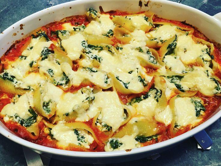 Schelpen gevuld met ricotta en spinazie, overgoten met crème fraîche 'drizzle'
