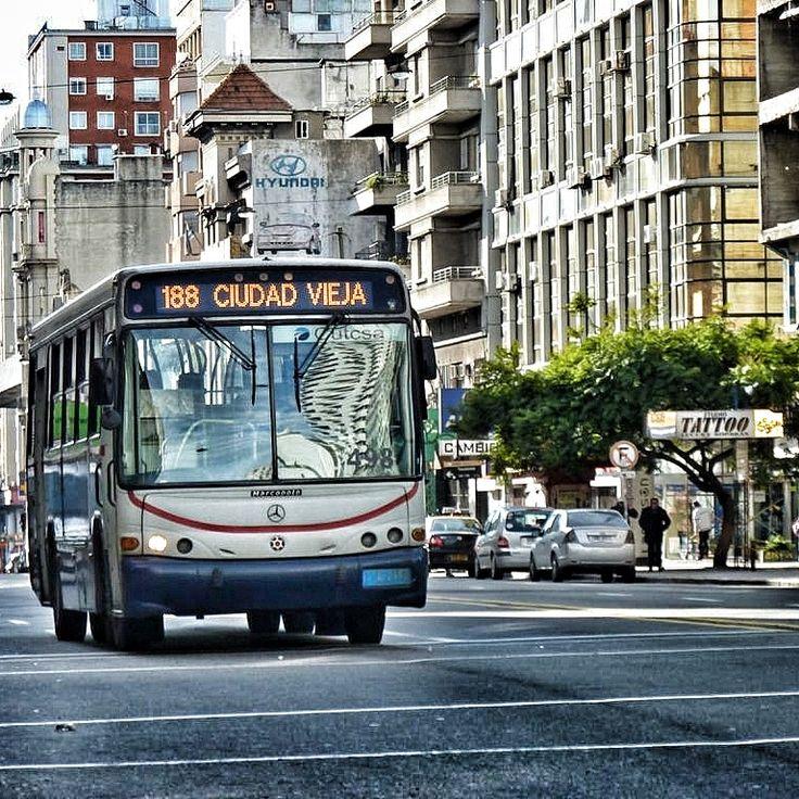 Montevideo, Uruguay.-Transporte público de la emoresa CUTSA circuklando por la Avda.18 de Julio