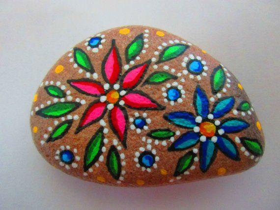 Blumenmuster handbemaltes Gestein Acrylfarben auf einem Flussgestein, klar … – Steine