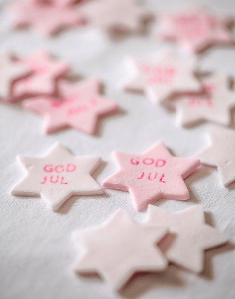 Conversation stars - söta små sockerstjärnor som man kan skriva små meddelanden på. I USA kan man köpa dem som hjärtan med gulliga texter på till Alla hjärtans dag, men till jul har jag gjort en variant med julhälsningar på.Jag tänker att de blir fina att ha som dukningsdekoration på julbord