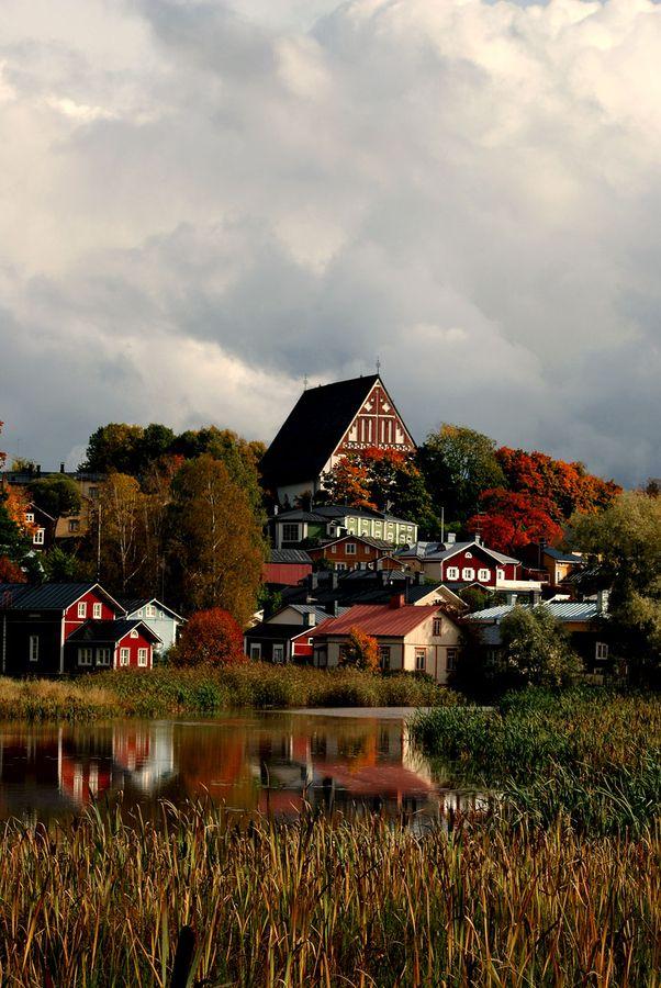 Syntymäpaikkani on Porvoon maalaiskunta, Hinthaaran kylä. Porvoossa vierailen lähes joka kesä, vaikka siellä ei sukulaisia enää olekaan. Kaunis kaupunki.