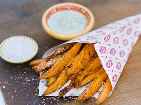 Probieren Sie unser Rezept für pikante Süßkartoffel-Pommes mit Kräutersoße aus Mayonnaise, Creme Fraiche und Dill. Grobkörniges Salz gibt den Pommes Würze.