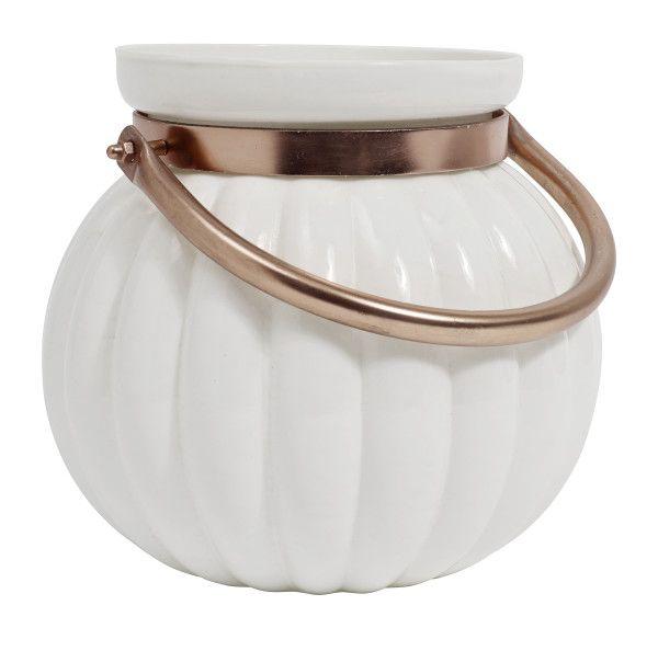Duży lampion w kształcie dyni w białym kolorze marki Nordal. Ten piękny klasyczny lampion wykonany jest z ceramiki z metalowym uchwytem. Idealnie sprawdzi się również jako wazon do kwiatów. Razem z innym lampionami z tej serii stworzy wyjątkową dekorację.  Wysokość 20 cm Średnica 22 cm