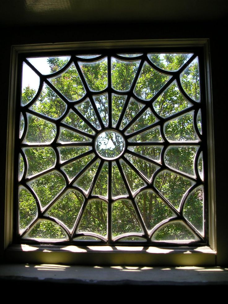 A window in an aristocratic Vodacce house. The spider motif is a common one in these lands.