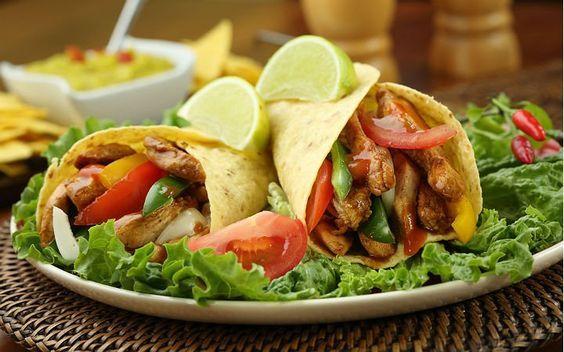 Tavuk fajita tarifinde, jülyen şeklinde doğranan marine tavuk dilimleri sebzelerle birlikte sotelendikten sonra tortilla ekmekleri arasında servis ediliyor.