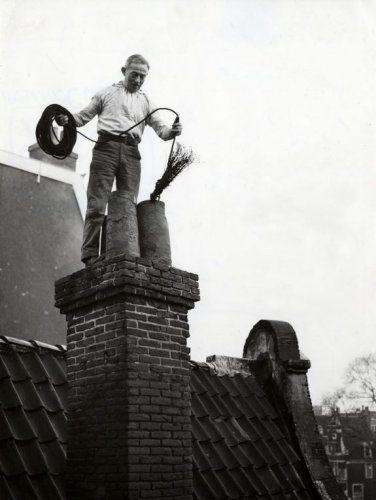 1940's. Chimney sweeper at work in Amsterdam. Photo Spaarnestad / Jan van Eyk. #amsterdam #1940