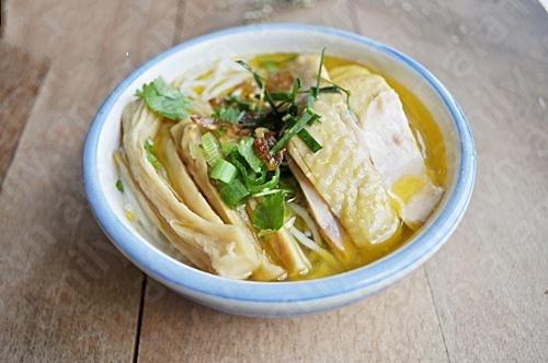 Cuối cùng rắc hành ngò, múc nước dùng vào tô, ăn nóng. http://daynauan.net/cach-nau-bun-mang-ga-ngon-va-bo/