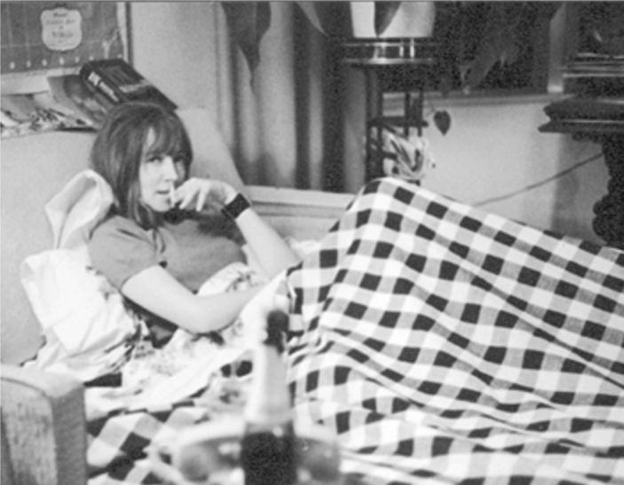 Una giovane Oriana in posa sul suo letto - Foto - Oriana Fallaci
