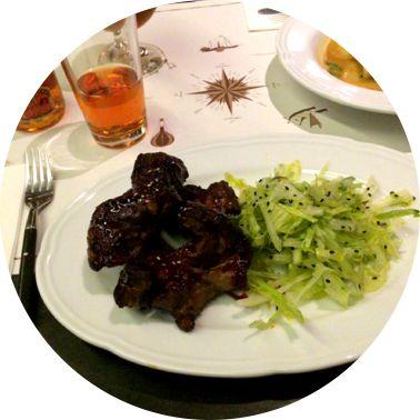 Delicious food in 3D captured with 3DAround! costine di manzo con misticanza in salsa teramaki e sesamo