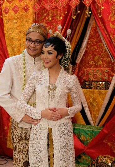 Indonesia : a Javanese couple at their wedding reception.