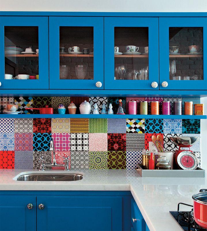 Azulejos da Pavão Revestimentos (Mediterrani) cobrem a área acima da pia da cozinha e reforçam o colorido do armário (CS Marcenaria). Os puxadores são da Anthropologie, de Nova York.