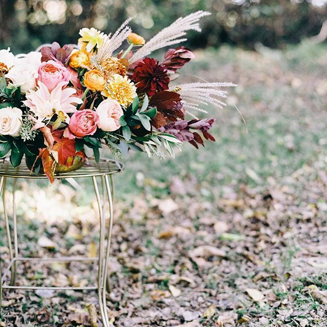 All the fall touches & just a smack of pink. Bravo, @amanda.burnette  Photo by @nikkisanterre, as seen this week on @weddingsparrow