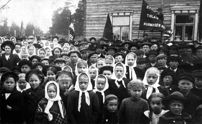 General strike in Finland in 1905. Russification ends. Picture of protesters gathered in town of Nurmes.