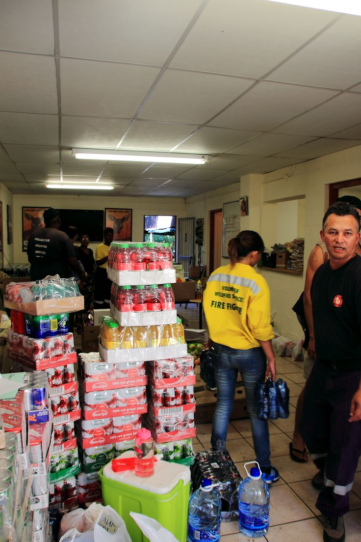 The Volunteer Wildfire Services (VWS) www.vws.org.za food colelction and sorting in Newlands #capefires #muizenbergfire