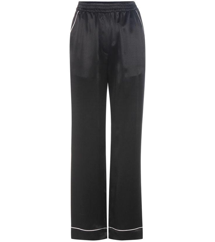 Dolce & Gabbana - Pantaloni in seta - Lussuosi e confortevoli, i pantaloni di ispirazione pyjamas firmati Dolce & Gabbana sono una dichiarazione di stile dentro e fuori la camera da letto. Fascia elastica in vita e dettagli bianchi a contrasto completano il modello in satin di seta che si sposerà con facilità al vostro guardaroba noir grazie alla tinta nera passa-partout. seen @ www.mytheresa.com
