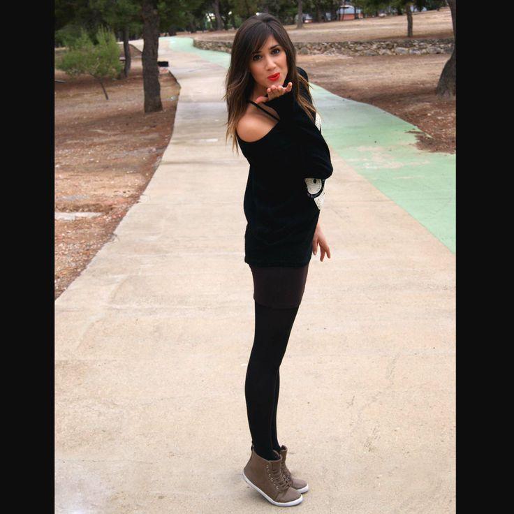 Jersey negro con dibujo conejo oversize Missing Johnny y falda tubo marrón con zapatillas abotinadas Shana