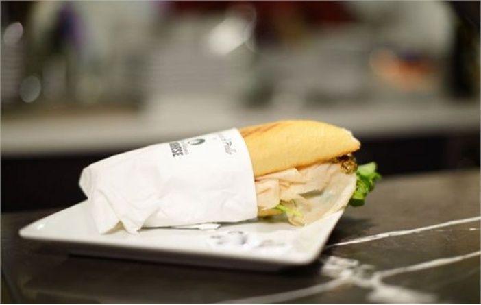 PANINO: pane casereccio farcito con tonno sottolio con maionese fatta in casa, pezzetti di mela e sedano.