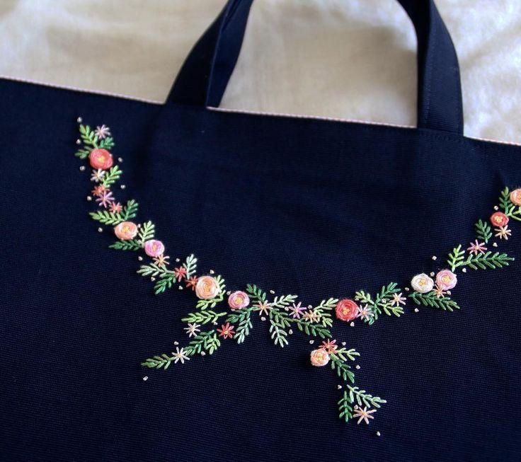 いいね!90件、コメント7件 ― ここさん(@coco8949)のInstagramアカウント: 「濃紺にコーラル系。ちょっと新鮮🙆 コーラル系好きなのでもっと使おう🎵 . #刺繍 #刺しゅう #embroidery #handembroidery #handmade #レッスンバッグ #bag…」