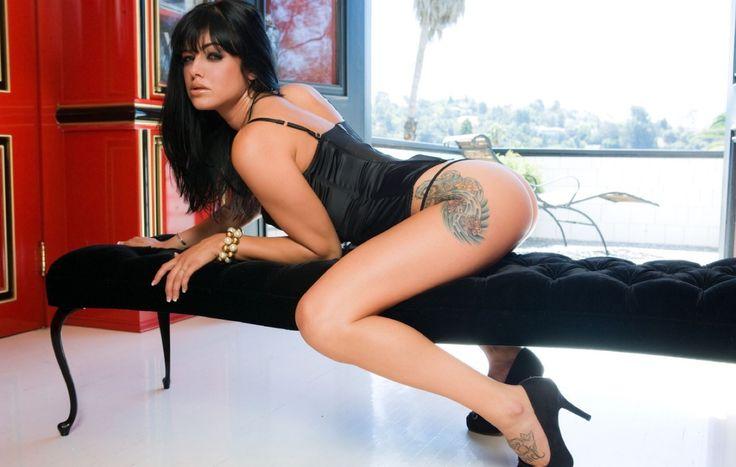 High Heels Schlampe mit Tattoo bereit für ein Date